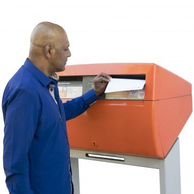 Afbeelding bij 'Man bij brievenbus'